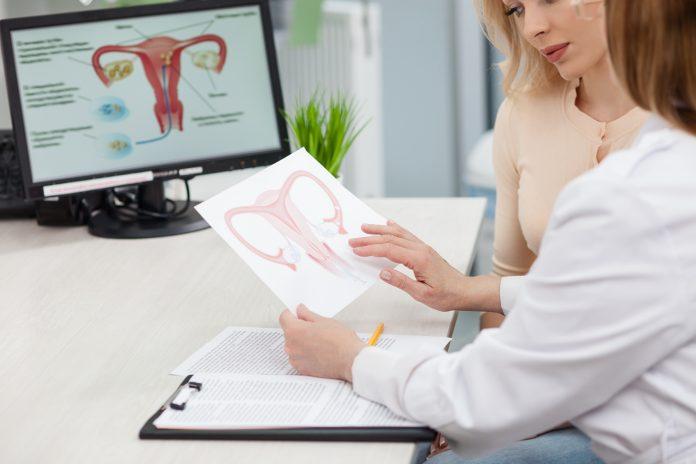 Γυναικολόγος εξηγεί σε ασθενή