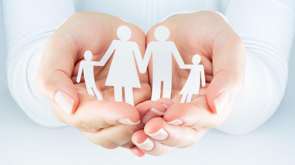 χέρια γυναίκας εκφράζουν την έννοια της οικογένειας