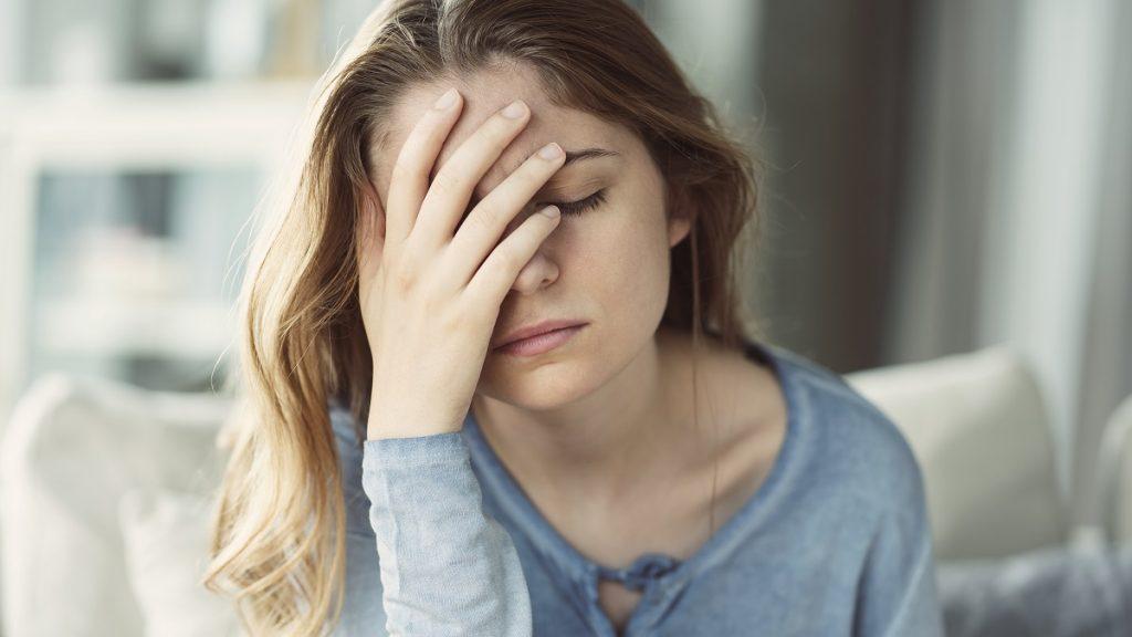 Νεαρή γυναίκα θλιμμένη