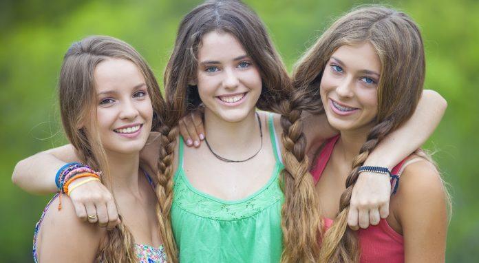Χαρούμενα κορίτσια στην εφηβεία