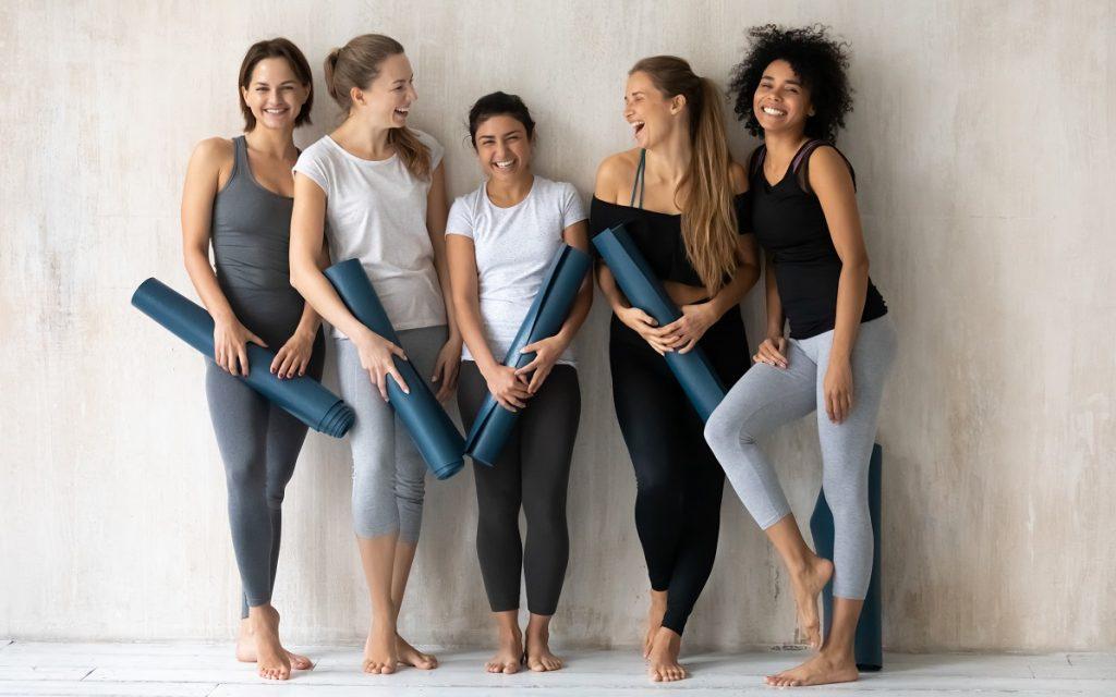 Γυναίκες ντυμένες σύμφωνα με τη μόδα