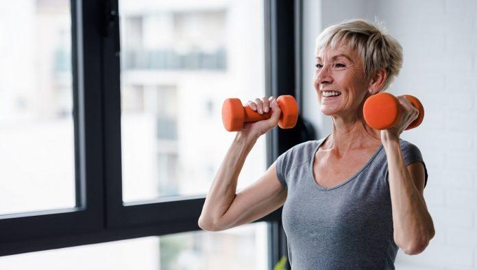 Γυναίκα στην εμμηνόπαυση κάνει βάρη