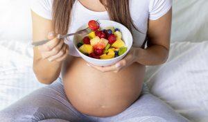 Έγκυος που τρώει υγιεινά τρόφιμα