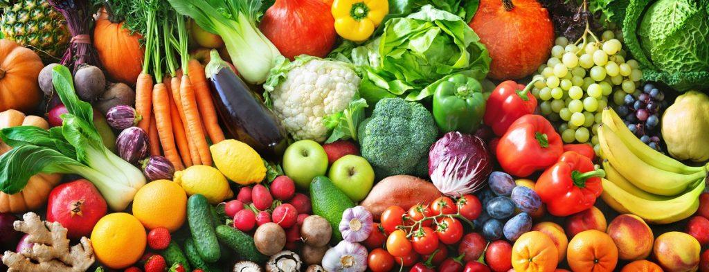 τραπέζι με υγιεινά φρούτα και λαχανικά