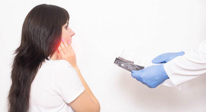 Έλεγχος σιελογόνων αδένων σε γυναίκα