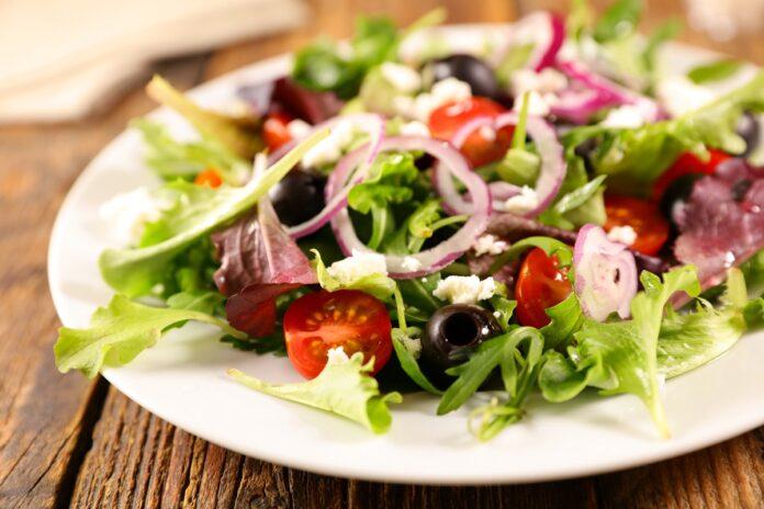 Δροσερές σαλάτες σε πιάτα