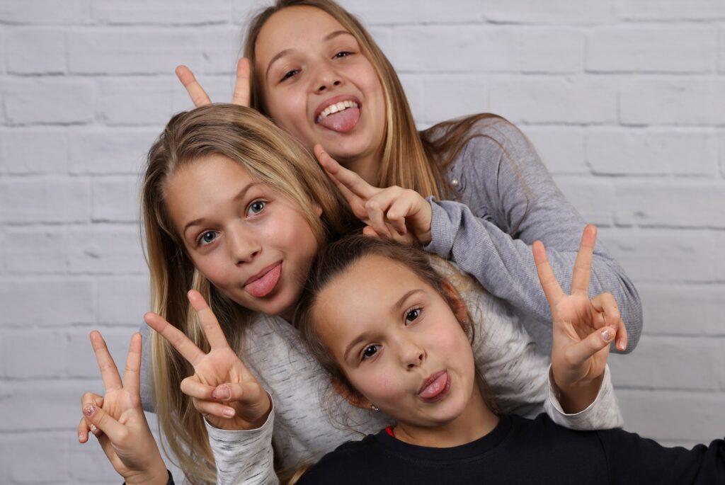 3 νεαρά κορίτσια που μπήκαν στην εφηβεία