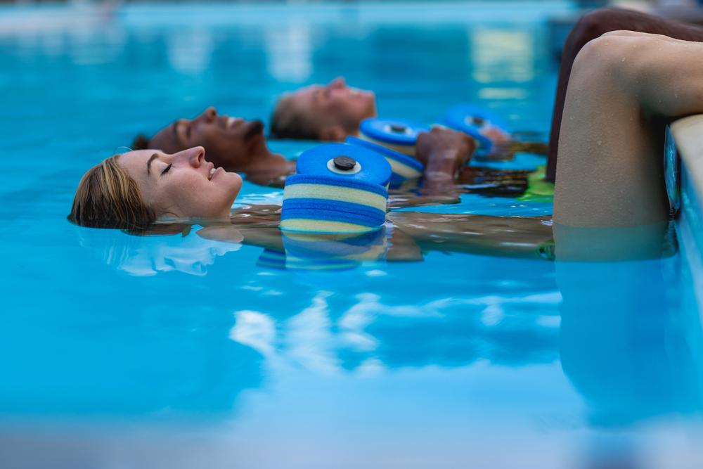 Γυναίκες που κάνουν ασκήσεις στο νερό