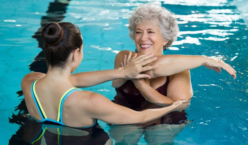 Γυναίκα που κάνει aqua aerobic