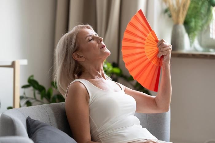 Γυναίκα 50+ που νοιώθει τη γήρανση να έρχεται