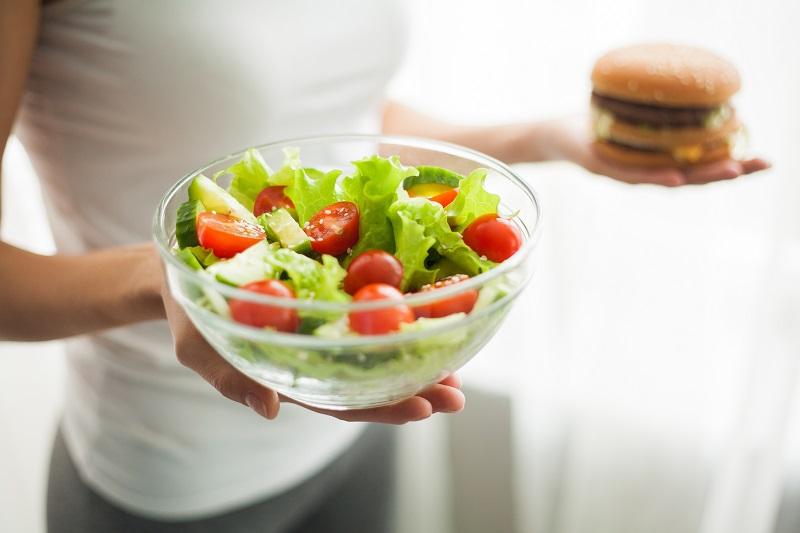 Εξτρα παρθένο ελαιόλαδο σε σαλάτα