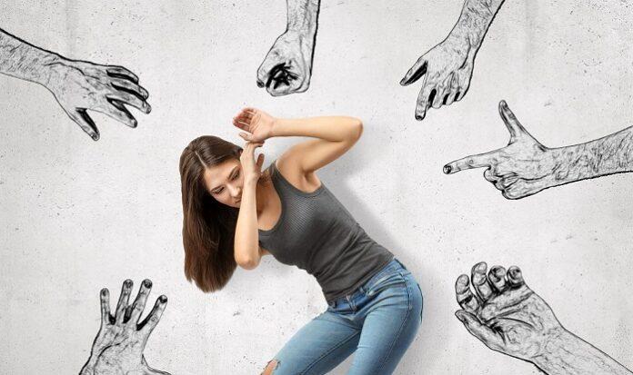 Γυναίκα που απειλείται από βίαια χέρια