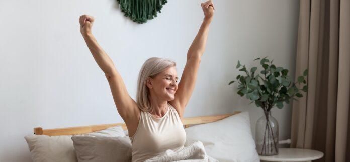 Γυναίκα χαρούμενη που απολαμβάνει τη ζωή