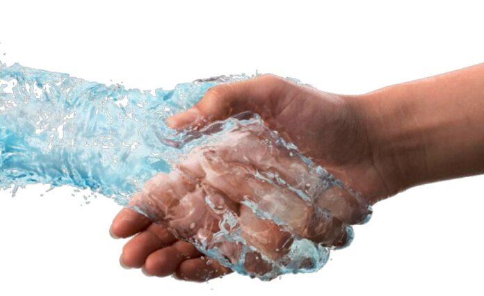 Χειραψία με χέρι από νερό