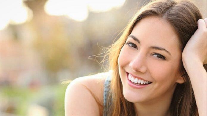 Γυναικεία ευτυχία ζωγραφισμένη στο πρόσωπο