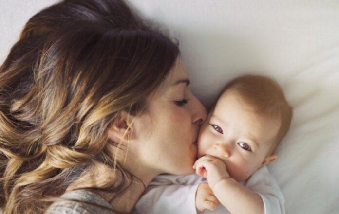 Νέα μαμά αγκαλιά με το μωρό της