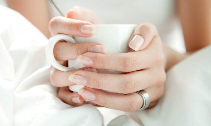 Γυναίκα χωρίς σπασμένα νύχια