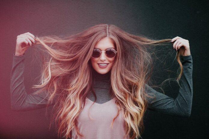 Γυναίκα με βαμμένα μαλλιά