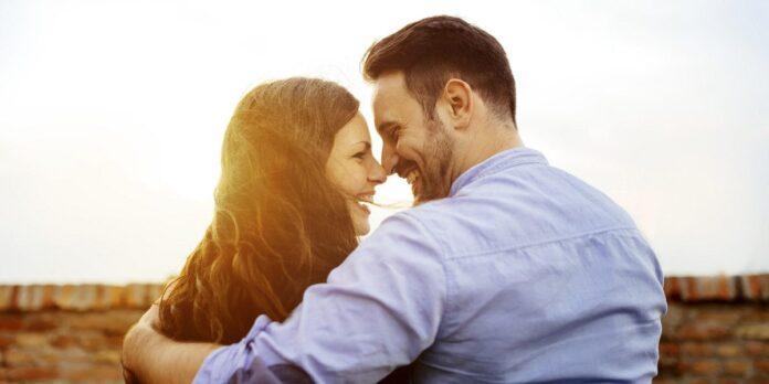 Ζευγάρι αγκαλιά σε ρομαντική σχέση