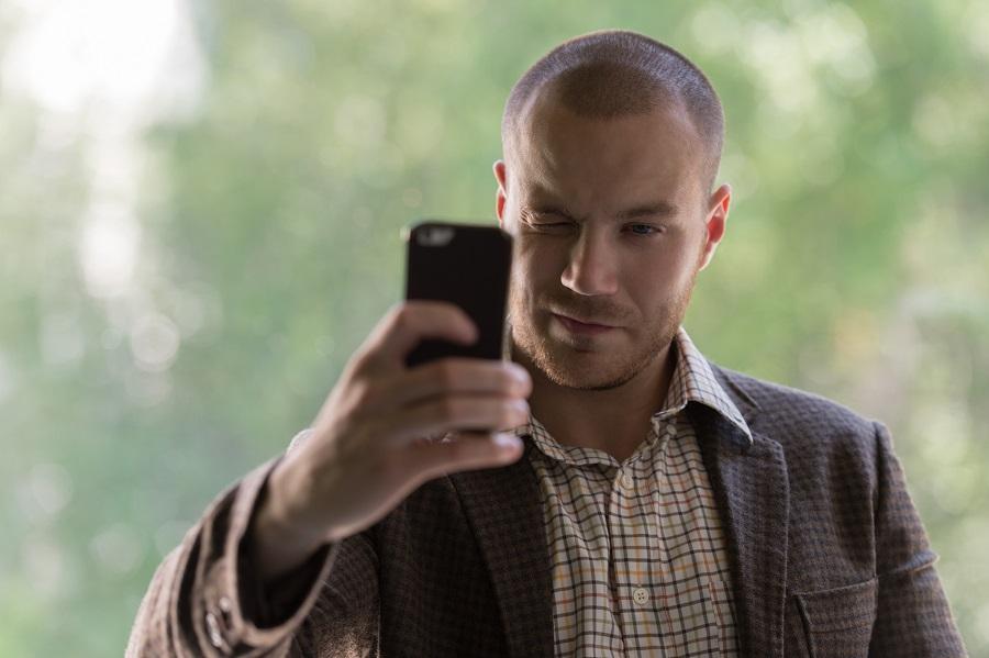 Άντρας βγάζει selfie