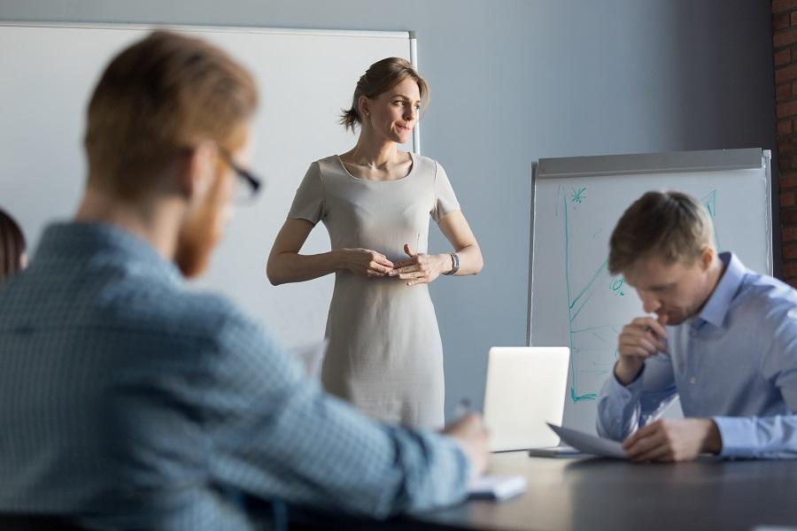 Γυναίκα σε meeting