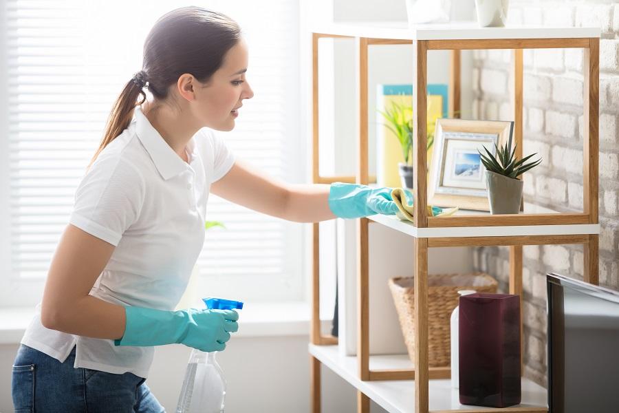 Γυναίκα καθαρίζει