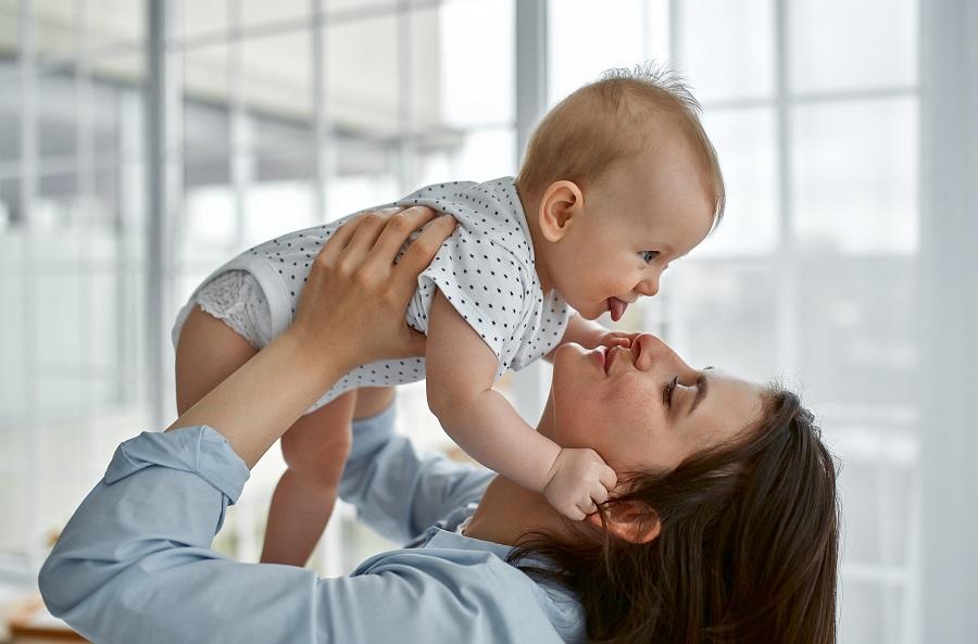 Μαμά με το μωράκι της