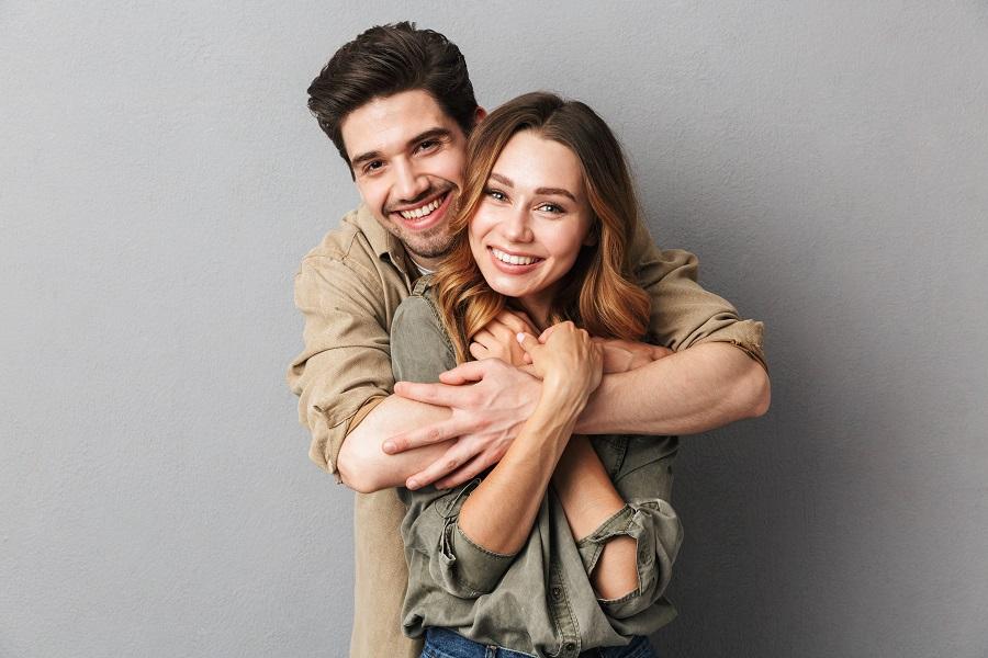 Ζευγάρι σε αγκαλιά