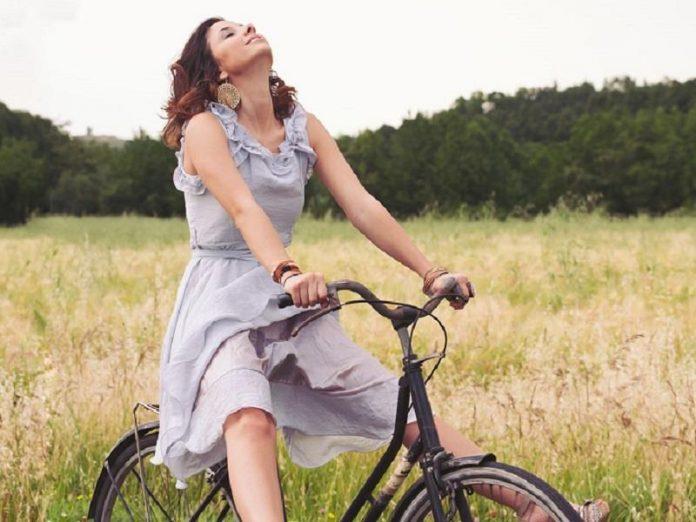γυναίκα με ποδήλατο